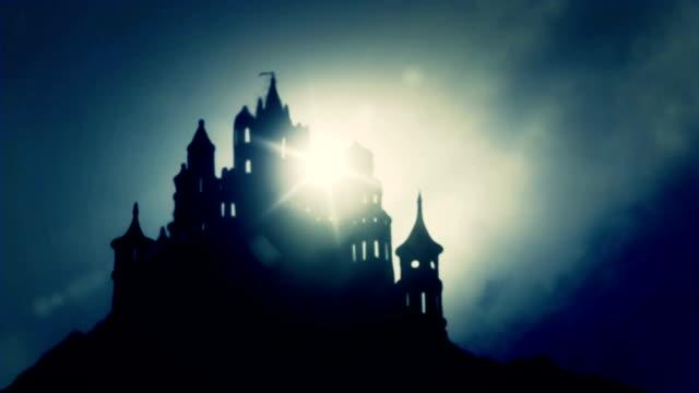 vídeos de stock, filmes e b-roll de beautiul east europien assustador castelo no topo de uma montanha em meio a um nevoeiro dia - castelo