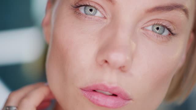 뷰티 블로거는 거울을 통해 자신을 보고, 자기 사랑 - 귀여운 스톡 비디오 및 b-롤 화면