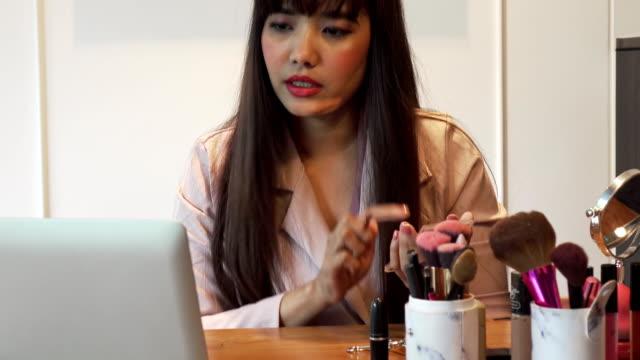 beauty-blogger präsentieren schönheitskosmetik vor der kamera - kosmetik beratung stock-videos und b-roll-filmmaterial