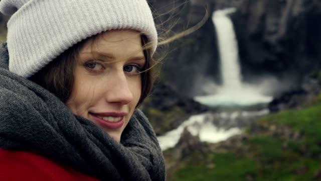 stockvideo's en b-roll-footage met schoonheid in de natuur. reiziger bewonderende waterval. lacht om camera - bewondering
