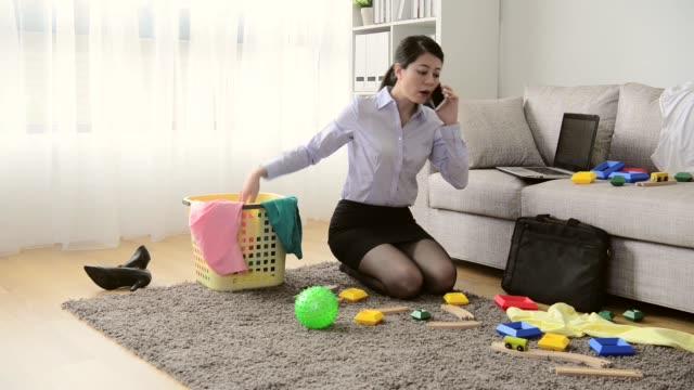 vidéos et rushes de travail de bureau de dame de beauté en utilisant mobile smartphone - en désordre