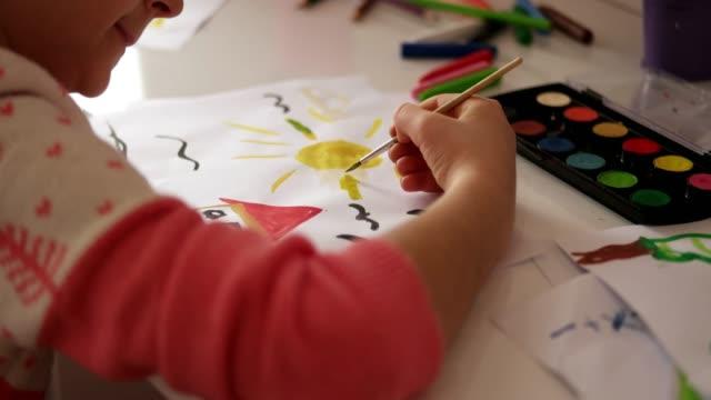 vídeos y material grabado en eventos de stock de belleza niña amor para pintar - imagen pintada