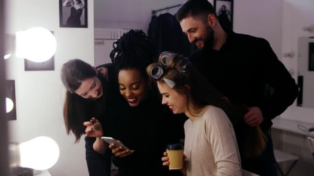 skönhet-modeller och stylisten titta mode look makeup och frisyr - makeup artist bildbanksvideor och videomaterial från bakom kulisserna