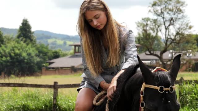 beauty on horseback - andare a cavallo video stock e b–roll