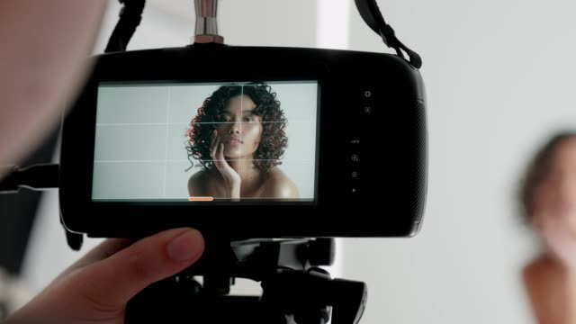 vídeos de stock, filmes e b-roll de retrato da beleza que trabalha com cineasta - temas fotográficos