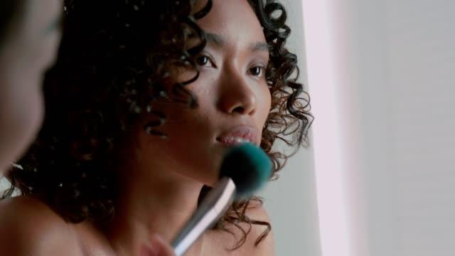 stockvideo's en b-roll-footage met schoonheid portret werken met make-up artist - toneelschmink