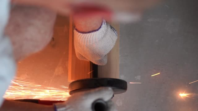 vídeos y material grabado en eventos de stock de belleza a cámara lenta. reparación del apartamento - trabajador profesional muele el primer plano de la trituradora de metal - descarga eléctrica
