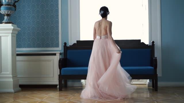 vídeos de stock, filmes e b-roll de slow motion beleza - linda noiva está girando em um vestido de noiva - moda de casamento