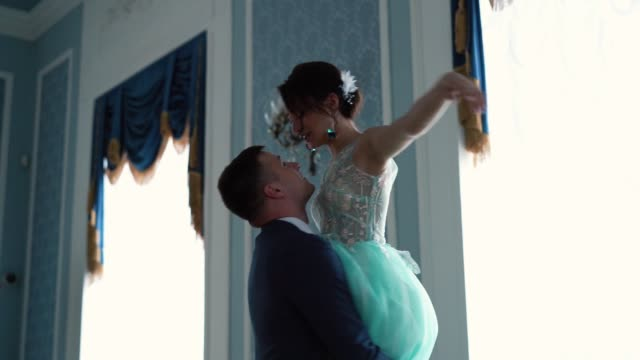 美麗的慢動作-新郎正在圍著一個穿著婚紗的美麗新娘 - 浪漫 個影片檔及 b 捲影像