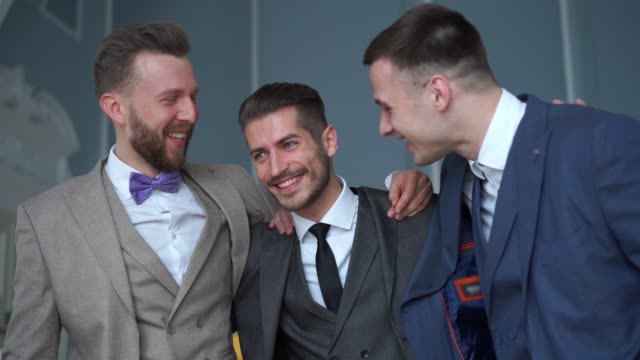 vídeos y material grabado en eventos de stock de belleza slowmotion - novio feliz con hombres mejor hablar en la boda - novio relación humana