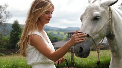 vidéos et rushes de caressant cheval beauté - 20 secondes et plus