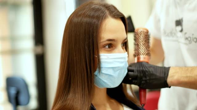 vídeos de stock e filmes b-roll de beauty treatment despite the coronavirus - covid hair