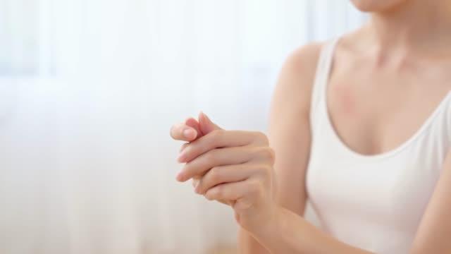 beauté femme, appliquer la crème pour les mains - Vidéo