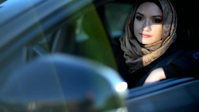 bellezza giovane donna araba in hijab guida - abbigliamento religioso video stock e b–roll