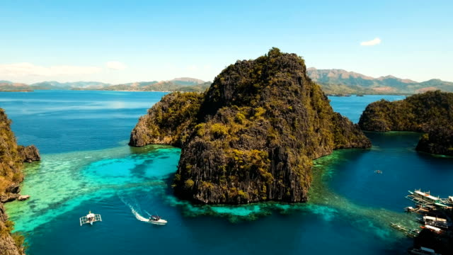 laguna di bellezza nel lago kayangan, filippine, coron, palawan - filippino video stock e b–roll