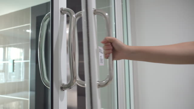 vídeos y material grabado en eventos de stock de debido a que las manos son las primeras en ser bienvenida covid-19 en nuestro cuerpo, después de abrir la puerta pública, lavado gel ayudar a su desinfectante de la mano el virus - manija