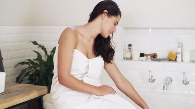 denn ihre beauty-routine sollte ein glückseliges erlebnis sein - badewanne stock-videos und b-roll-filmmaterial