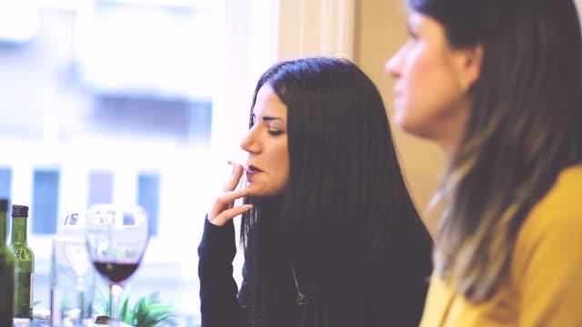 att bli unga flickor i restaurang - vin sommar fest bildbanksvideor och videomaterial från bakom kulisserna