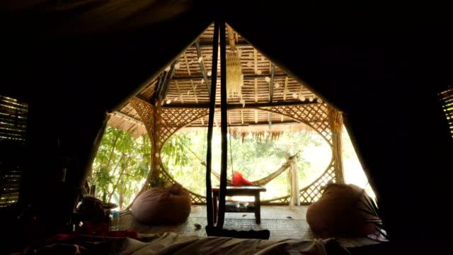 フィリピンのエルニドにある熱帯林に位置するテントの内部のベッド - ヴィラ点の映像素材/bロール