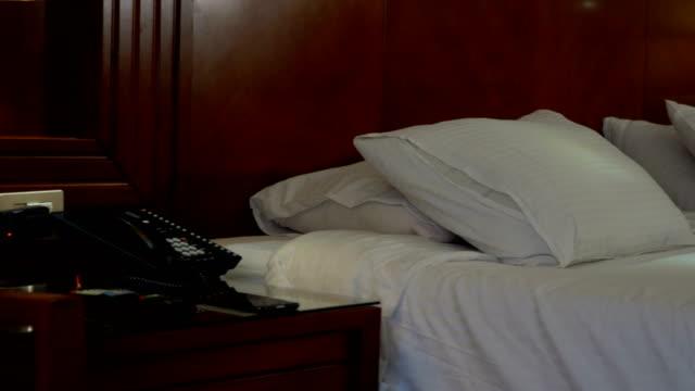 Schlafzimmer mit Telefon vor und Bett im Hintergrund – Video