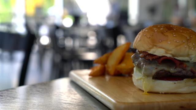 beef burger with cheese - cheeseburger filmów i materiałów b-roll