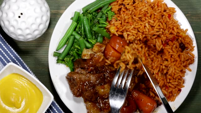 vídeos de stock e filmes b-roll de beef casserole with tomato rice and vegetables - meat plate