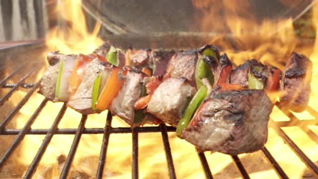schaschlik rindfleisch mit zwiebeln und paprika auf grill - döner stock-videos und b-roll-filmmaterial