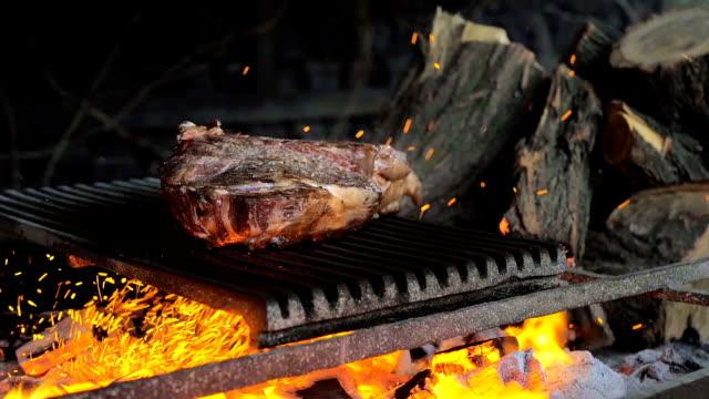 rindfleischsteak wird auf dem grill mit funken gekocht. rindfleisch rib bbq - grillfest stock-videos und b-roll-filmmaterial