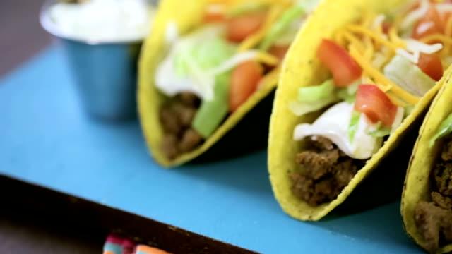 vidéos et rushes de les tacos au bœuf - croustillant