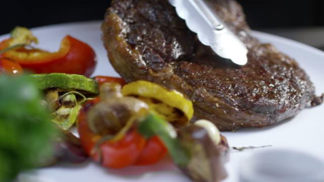vídeos de stock e filmes b-roll de beefsteak with grilled vegetables - meat plate