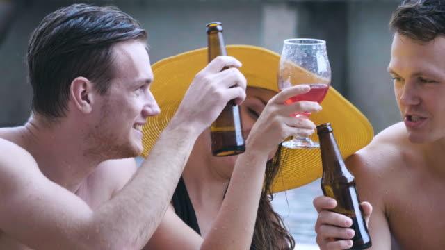bier - alkohol spaß in einem schwimmbad - spring break stock-videos und b-roll-filmmaterial