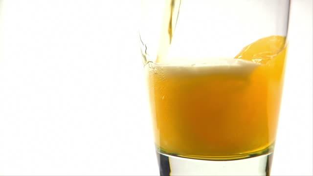 vidéos et rushes de bière versée dans sur blanc - flûte à champagne