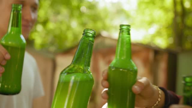 ölflaskor på nära håll. tonåringar dricker öl utanför. alkoholism koncept. närbild skott. - alcoholism bildbanksvideor och videomaterial från bakom kulisserna