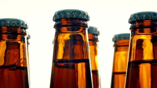 vídeos de stock e filmes b-roll de beer bottles rotating on plain background - engradado