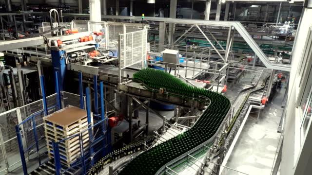 interni della fabbrica di birra con molte macchine - fermentare video stock e b–roll