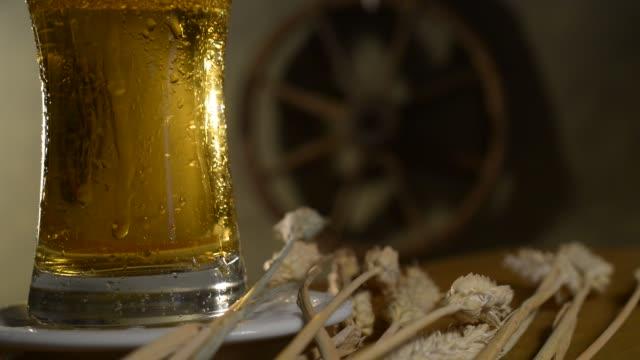 beer glass and barley. rotation. - tap water filmów i materiałów b-roll