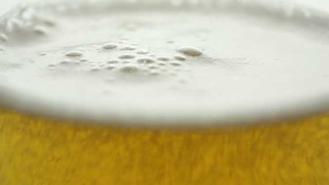 Beer is poured in a glass - vídeo