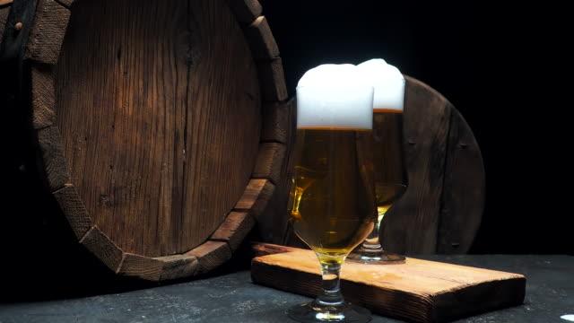vídeos de stock e filmes b-roll de beer on bar counter - barrica