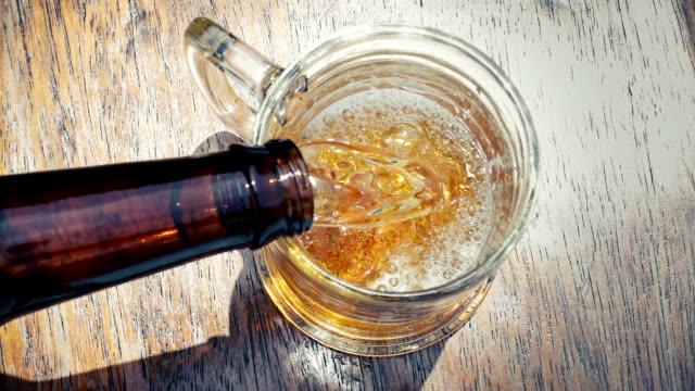 vídeos de stock e filmes b-roll de beer pouring into glass - bebida com espuma