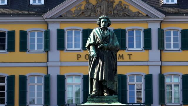 vídeos de stock e filmes b-roll de beethoven statue in bonn, germany - compositor