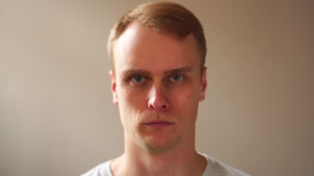 前に、や後、顔ひげカット、男顔の高速変換 - あごヒゲ点の映像素材/bロール