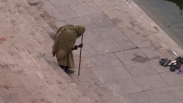 乞食に神聖なガンジス川ガーツ山脈ヴァラナシ,インド - 階段点の映像素材/bロール