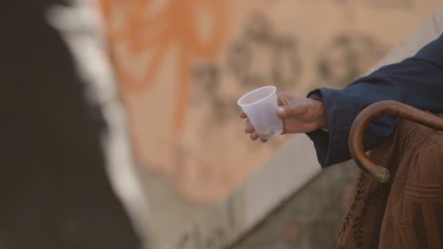 vídeos y material grabado en eventos de stock de mendigo - servicios sociales