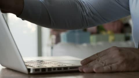 工作日的開始時間 - laptop 個影片檔及 b 捲影像