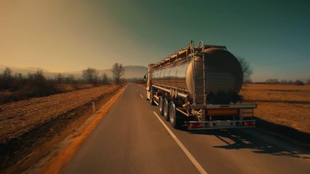 hinter dem tankwagen fahren im nachmittag - straßenfracht stock-videos und b-roll-filmmaterial
