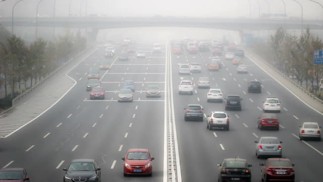pechino, cina - 25 ottobre 2014: in caso di cattivo tempo, persone guidare con cautela il road, pechino, cina - smog video stock e b–roll