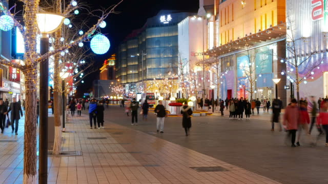 Beijing downtown en invierno antes del año nuevo chino - gente corriendo y compra regalo, preparación para la celebración - vídeo
