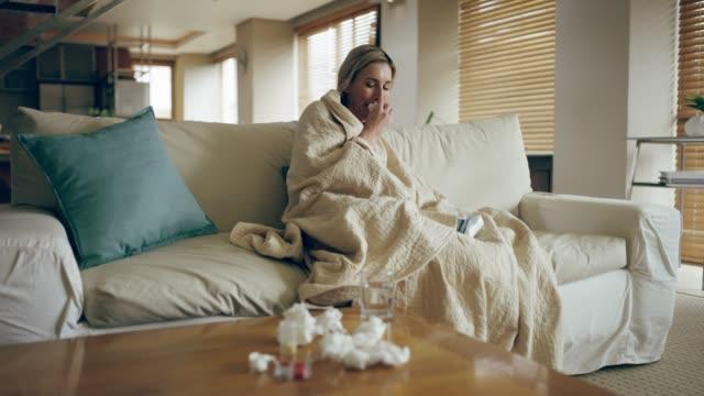 vídeos de stock e filmes b-roll de being sick sucks! - doença