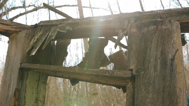 vídeos de stock e filmes b-roll de belarus. abandoned houses in chernobyl resettlement zone. chornobyl catastrophe disasters. dilapidated house in belarusian village. whole villages must be disposed - bielorrússia