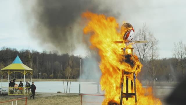 belarus. slav mitolojisinde kış ı ve ölümü sembolize eden ateşleme mankeni, pagan geleneği. en eski hayatta doğu slav dini ulusal geleneksel halk tatil maslenitsa - heykel stok videoları ve detay görüntü çekimi
